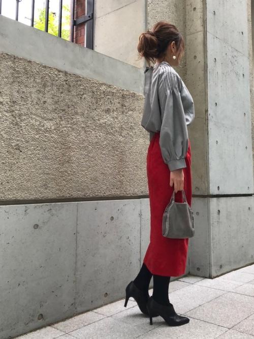 赤タイトスカート×グレーブラウス