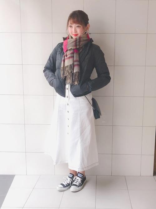 白デニムスカート×ダウンジャケット