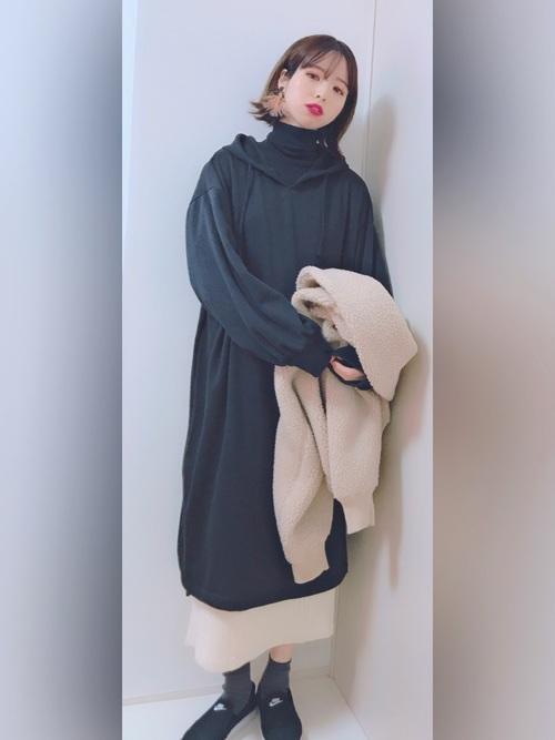 白スカート×黒しまむらワンピースのママ向け冬コーデ