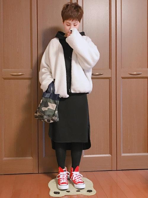 白ボアジャケット×黒しまむらワンピースの冬コーデ