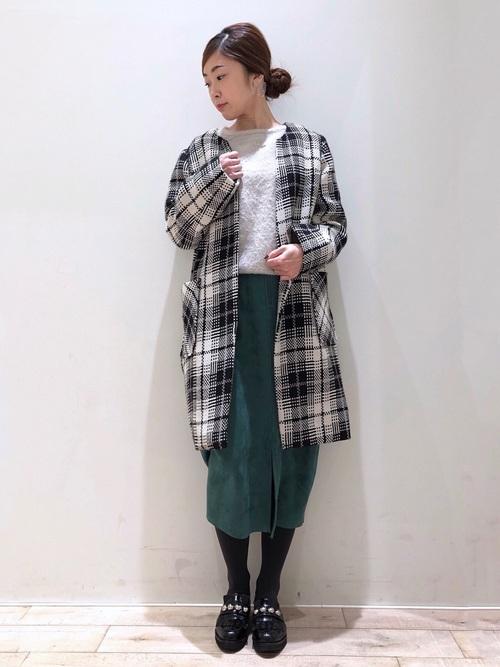鮮やかタイトスカートで冬コーデに彩りをプラス