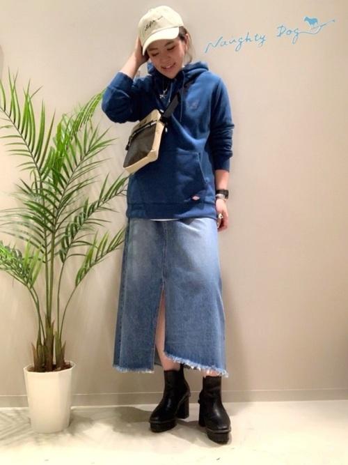 ベージュキャップ×デニムスカート