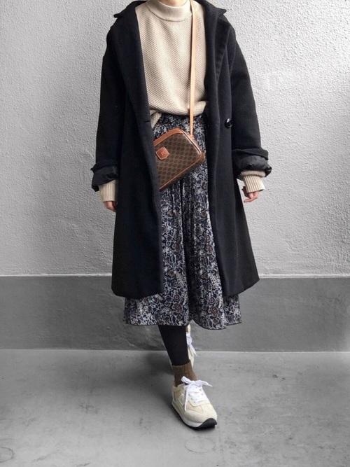 黒チェスターコート×花柄スカート