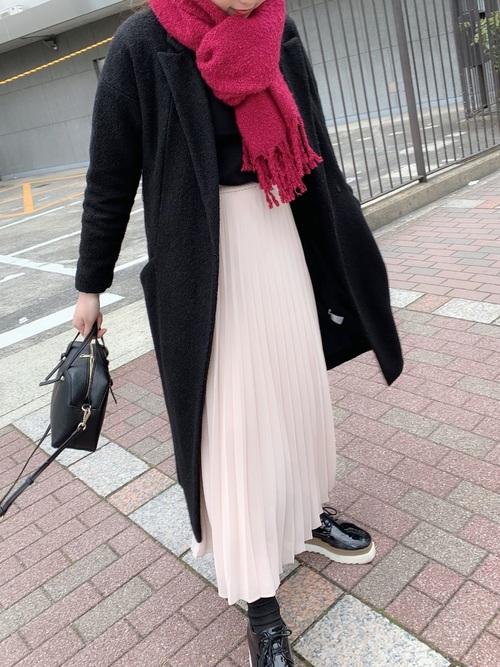 黒チェスターコート×プリーツスカート