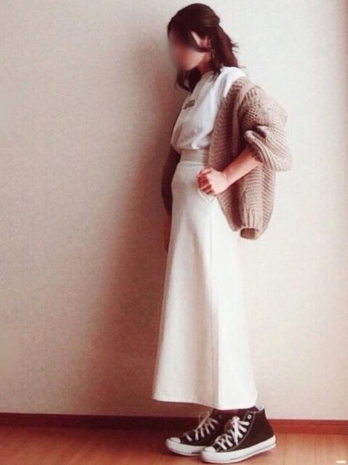 白デニムスカート×ざっくりカーディガン