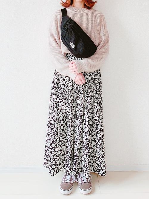 花柄スカート×ベージュニットコーデ