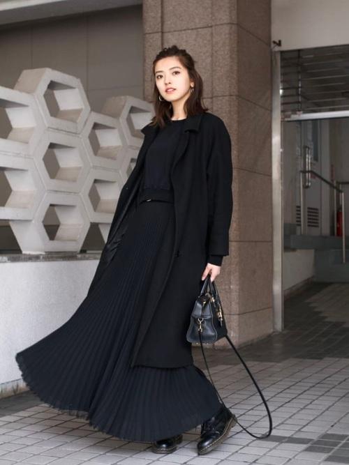 黒チェスターコート×レディースプリーツスカート
