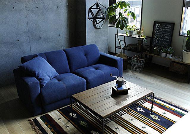青いソファーがポイントの男前風インテリア