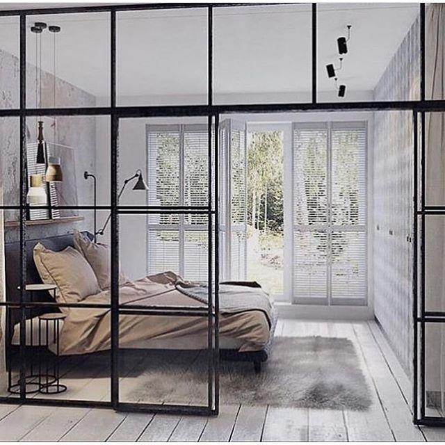 おしゃれで開放感のあるガラスの壁の寝室
