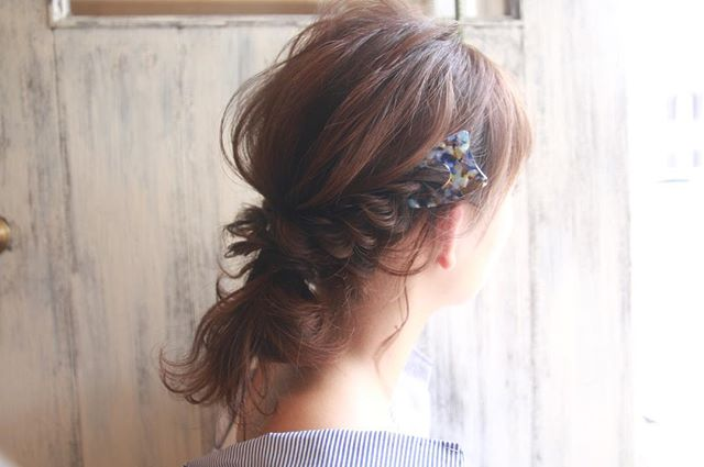 オフィスの髪型:サイドねじりで作るまとめ髪