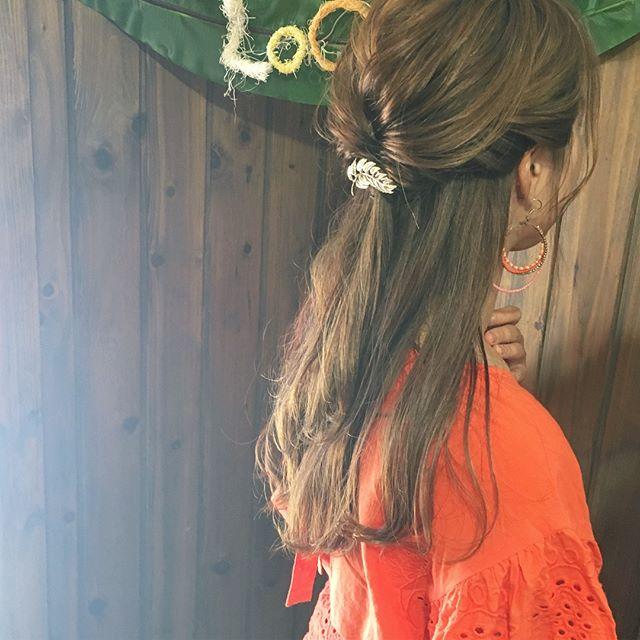 オフィスの髪型:上品で華やかなハーフアップスタイル