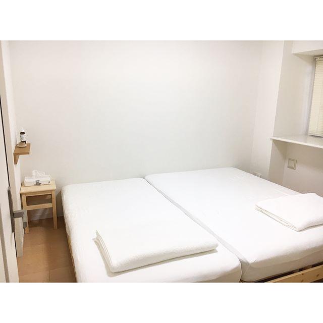 ベッドと低い家具だけでレイアウトされた寝室