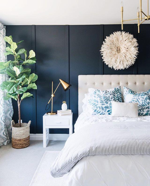 白と青の爽やかなカラーコーディネートの寝室