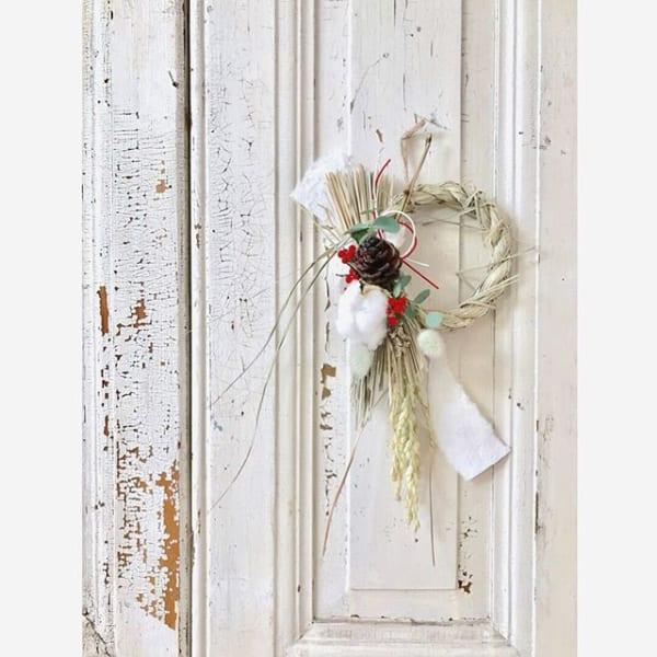 玄関のドアに合わせておしゃれな飾り付けを