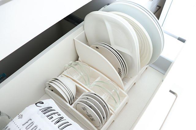 大きなお皿も立てて収納できる便利グッズ