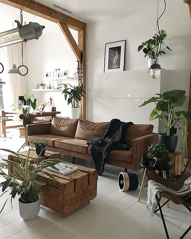 革のソファーが主役の海外カフェ風コーディネート