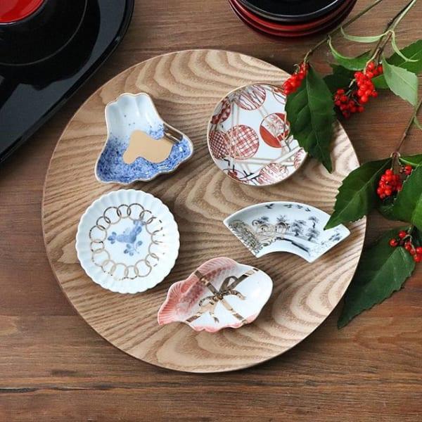 和食器を並べてお正月の飾り付け