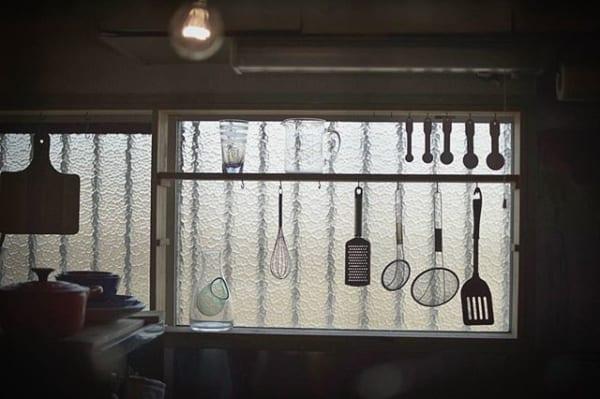 台所の窓を有効活用!影が美しいアイデア収納