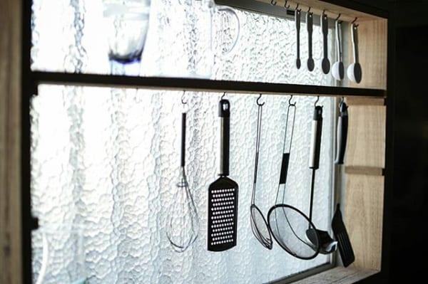 女子も手作りできる吊り収納棚を使った台所