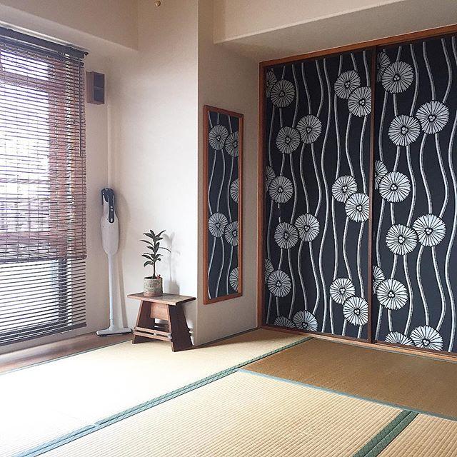 大胆な和柄壁紙が上品な和室