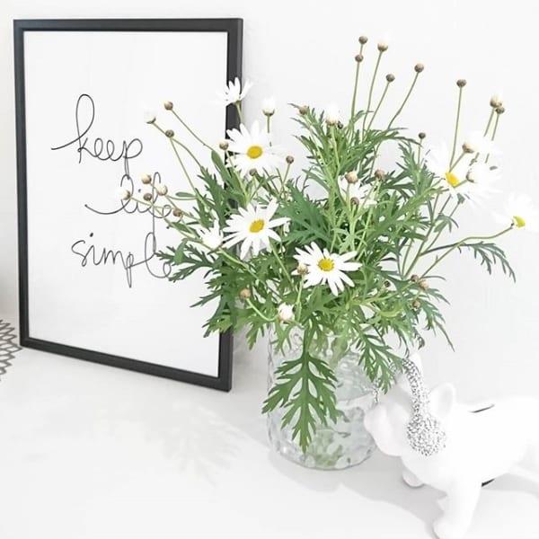 おしゃれな女子部屋に合う可愛い生け花が出迎える玄関