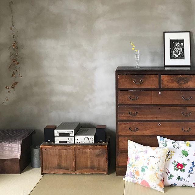 モルタル壁と古道具が織りなす大人可愛い和室