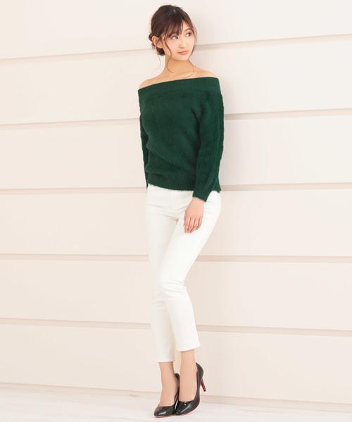 緑オフショルニット×白スキニーパンツの冬モテコーデ
