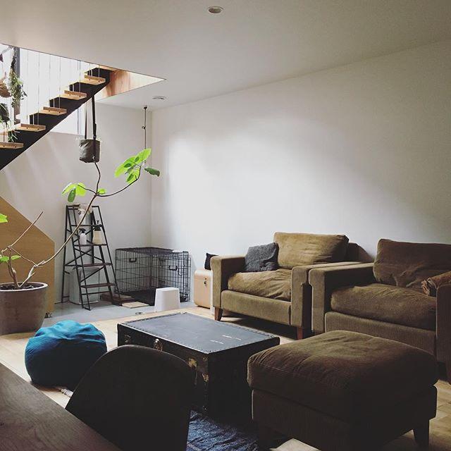 渋い色の家具で統一して男前風な部屋作り