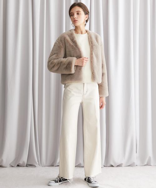 ベージュアウター×白パンツの冬モテコーデ