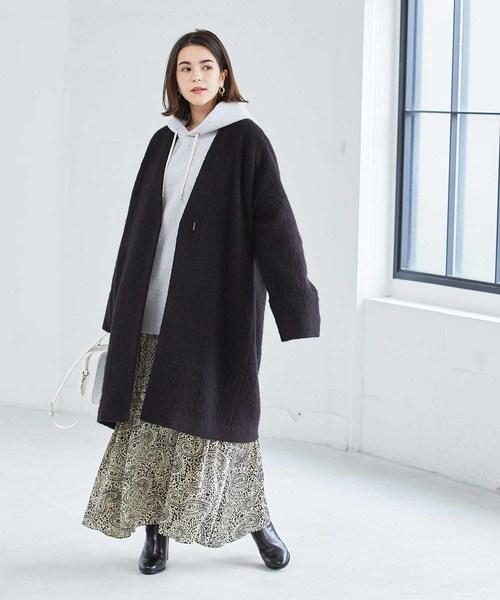 黒ノーカラーコート×ペイズリー柄スカート