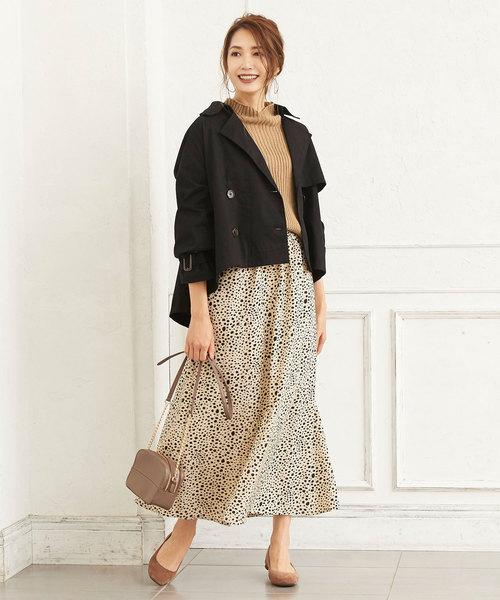 黒ショートトレンチ×白ドットスカートの冬モテコーデ