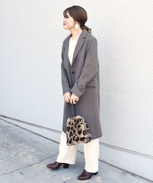 茶色ブーツ×トレンドホワイトコーデ