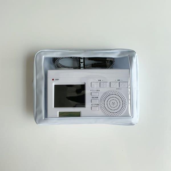 小さい電気製品収納に白いクリア窓付きポーチ