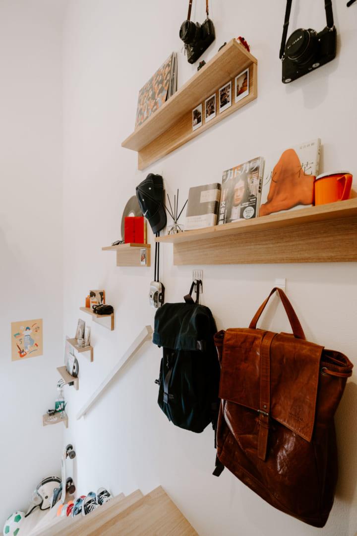 「見せる本」の置き場は壁につけられる棚で