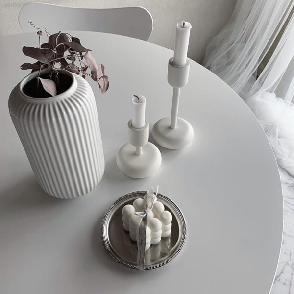 雑貨やドライフラワーと飾るおしゃれな花瓶