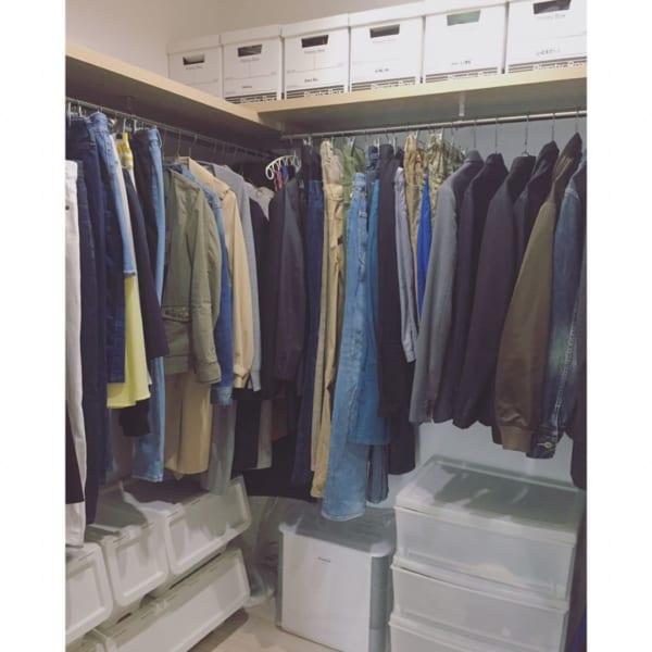 ウォークインクローゼット内の衣類収納