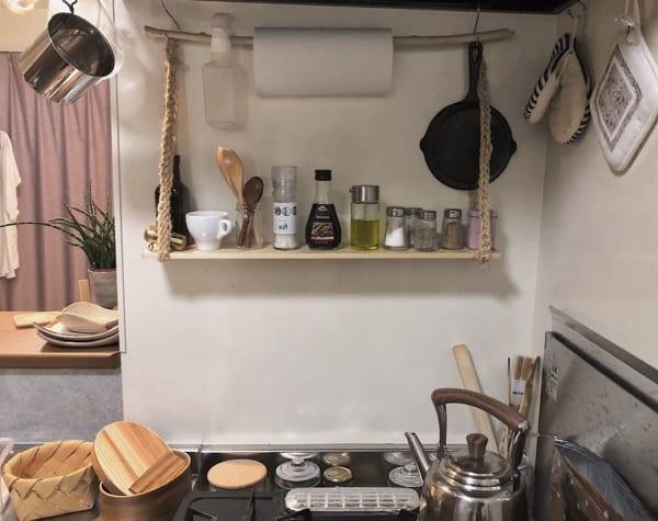 一人暮らしのキッチンに自然素材の棚をDIY