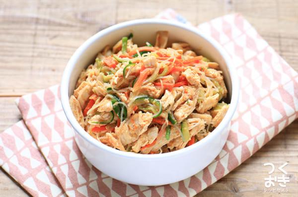人気で栄養満点レシピ!蒸し鶏の春雨サラダ
