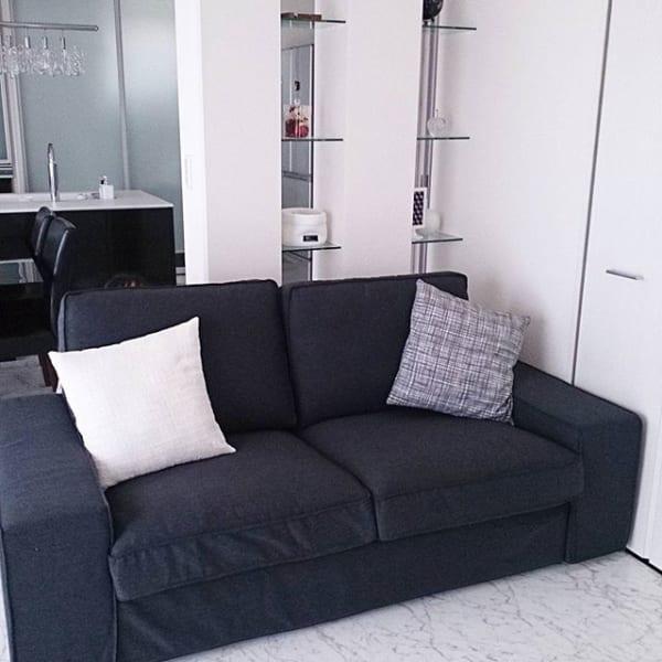 IKEAの黒ソファでシックな居間を完成