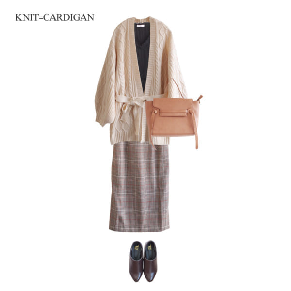 ケーブル編みカーディガンはタイトスカートで女性らしく