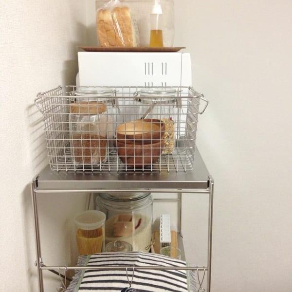 バスケット収納で見せるカフェ風キッチン