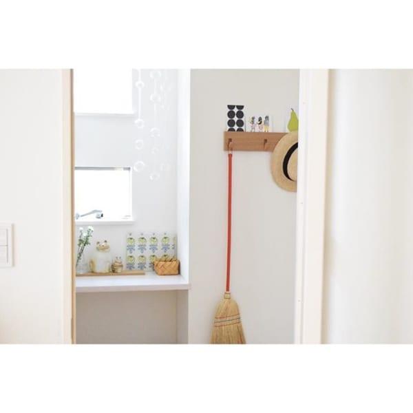 無印「壁に付けられる家具」で箒掛け