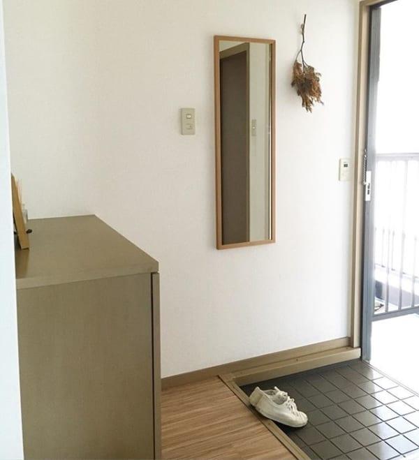「壁に付けられる家具」のミラーで玄関鏡