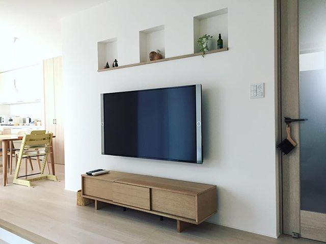 無印良品キャビネットと壁掛けテレビ