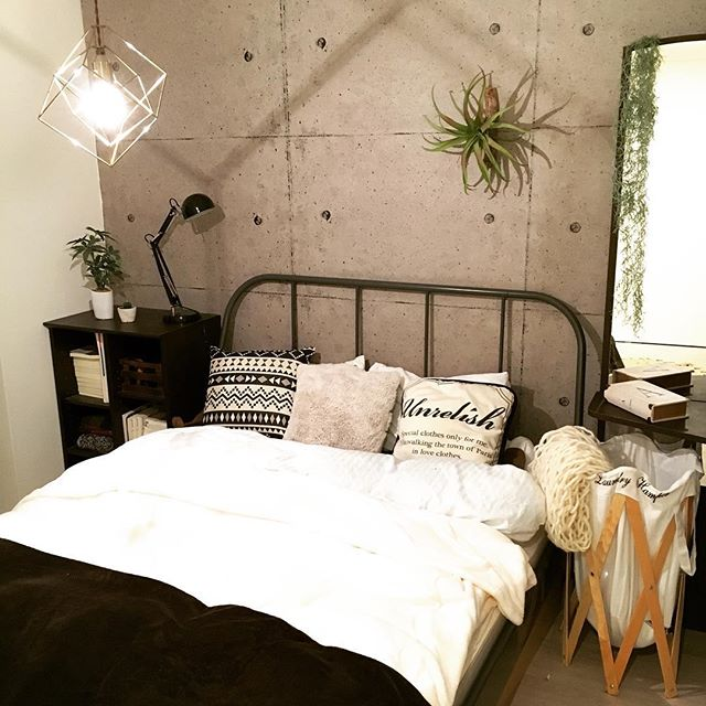 アイアンフレームベッドがおしゃれな寝室