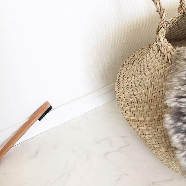 【無印】木製隙間ブラシで巾木掃除