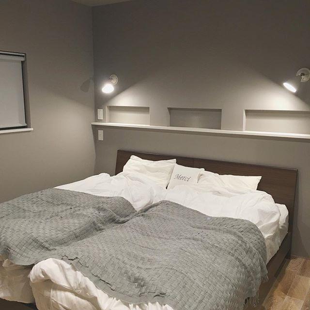 木製フレームベッドがシックなおしゃれ寝室