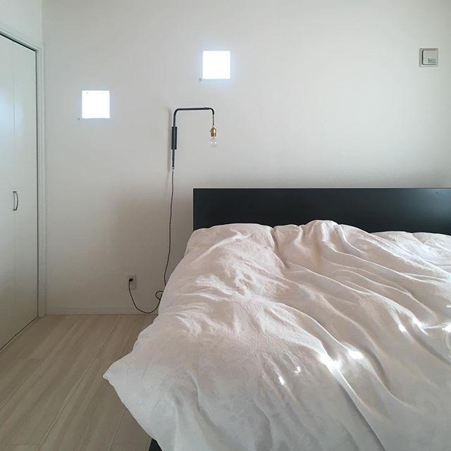 黒ベッドが主役の無駄を削ぎ落した寝室実例