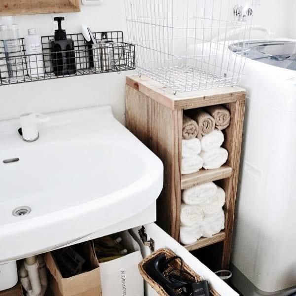 狭い洗面所にも似合う簡単で可愛い木製棚保管