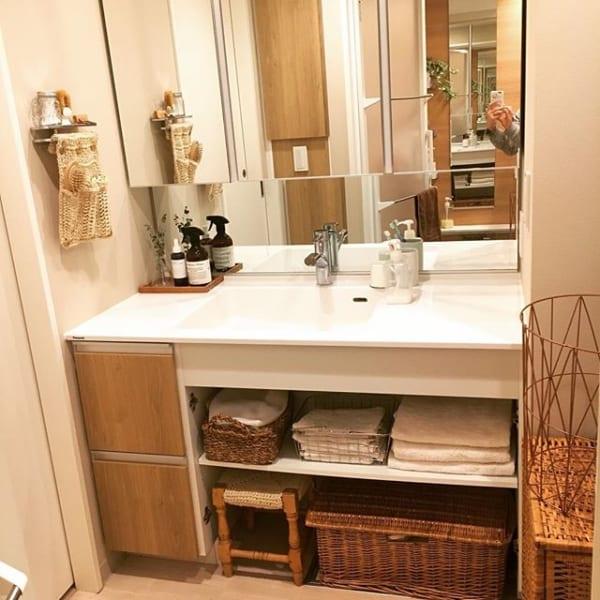 洗面台下のオープン棚で簡単にすっきりと保管